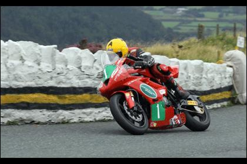 Dave Moffitt took a win in the Supertwins earlier this week (picture courtesy of manxphotosonline.com