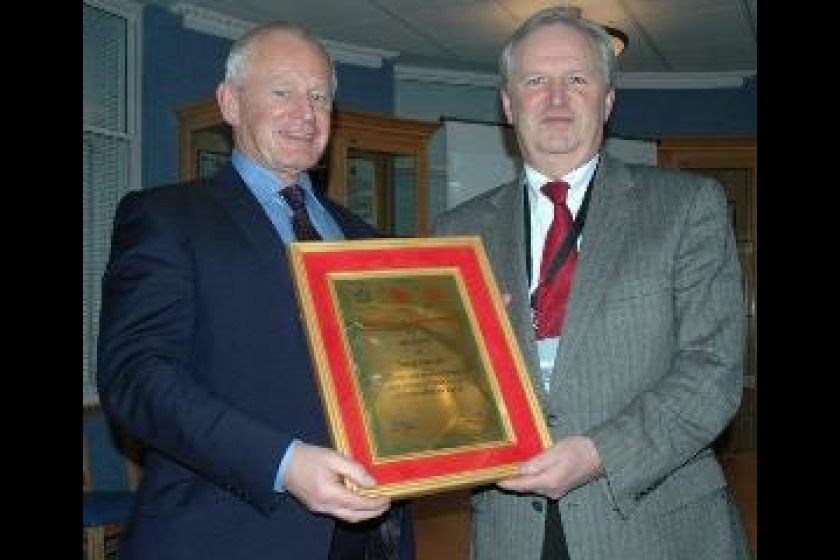 Chief Minister Allan Bell receiving a plaque from Howard Green, Chairman of the Pahar Trust